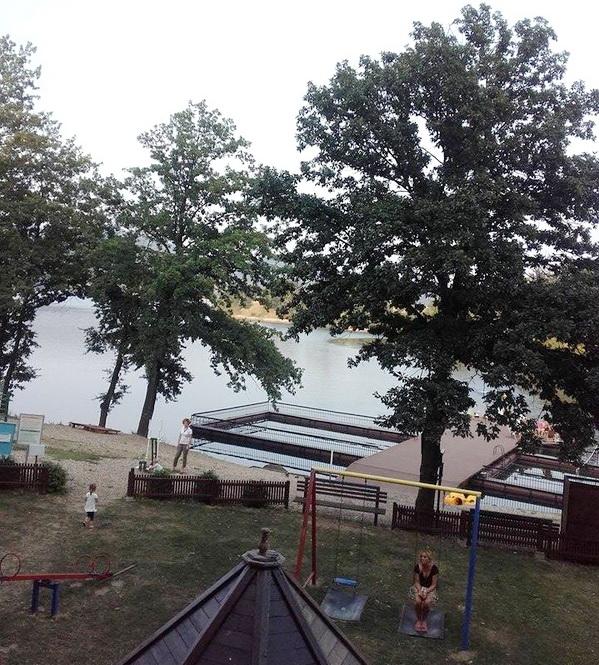 Ispred hotelske plaže, nalazi se dečije igralište i teretana na otvorenom, žena na ljuljašci nije baš dete, ali šta sad, svi smo mi ponekad deca :)