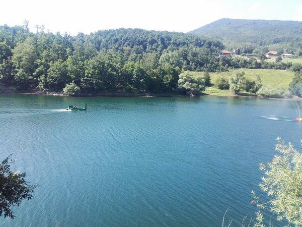Čamac koji vidite je u stvari mašina za skupljanje jezerske trave, nešto kao vodena kosilica.