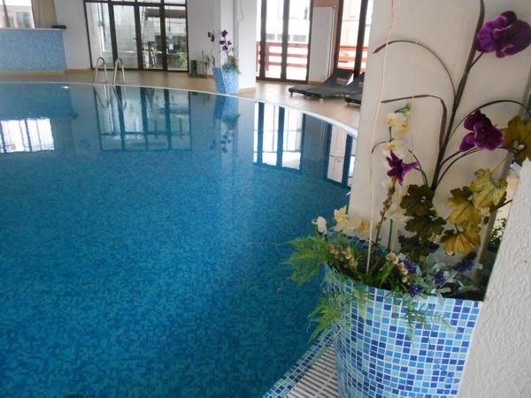 Ako baš ne volite jezersku vodu, hotel ima zatvoren bazen, ali sa terasom, tako da se možete i sunčati.