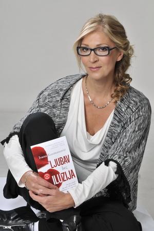 Ivana sa knjigom koja nosi naziv lajt motiva njenog života - Ljubav bez iluzija ili - život u istini